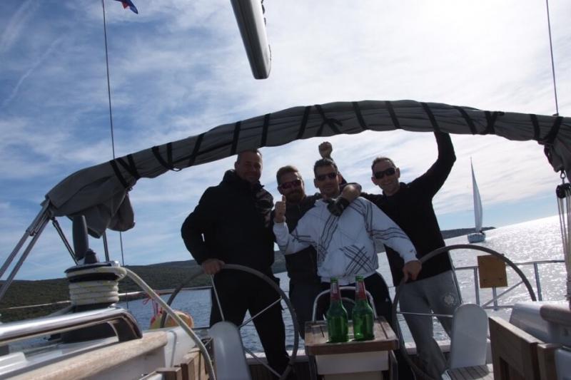 Pobjednička posada broda Bura sa skiperom Mirom Volarićem, trenutak nakon prolaska kroz ciljnu ravninu
